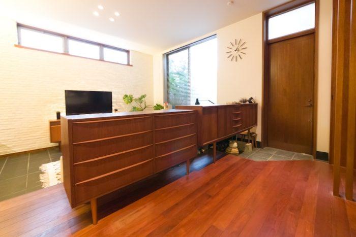 玄関とリビングをゆるやかに区切る、間仕切りとしてリクエストしたサイドボード。デザインが少し異なるのがポイント。