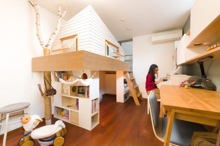 今野さんがデザインしたキャットハウス、花梨ちゃんの机やピアノが入り、がらんどうだった子ども部屋が一変。花梨ちゃんが「カントリーロード」を披露してくれた。