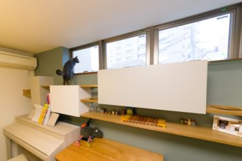 壁面収納も猫の習性を考え抜いてデザインした。丸く穴をあけたくぐり穴や段差を付けた棚など、ひめちゃんも楽しそう。