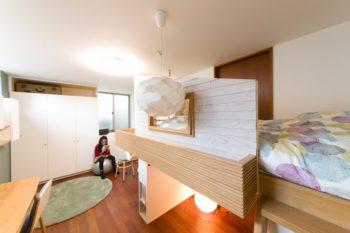 上段は花梨ちゃんのベッド。奥のクローゼットの上から壁面収納へとキャットウォークに。