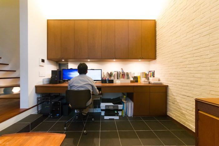 現在は、リビングの一角を書斎にしている今野さん。造り付けの収納やデスクがリビングにマッチし、違和感がない。