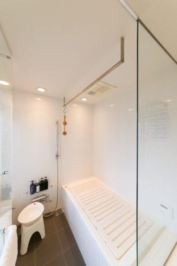 ガラス貼りの明るいバスルーム。洗面時や家事をしながら会話が弾むという。