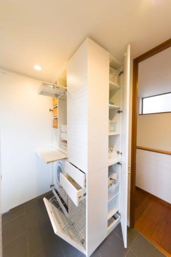 コンパクトにおさまったサニタリールームの収納。恵理子さんが適材適所の収納を考えて設置。