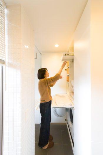 洗濯機まわりの作業スペース。作業台や仮掛けバーなど使い勝手を熟慮している。