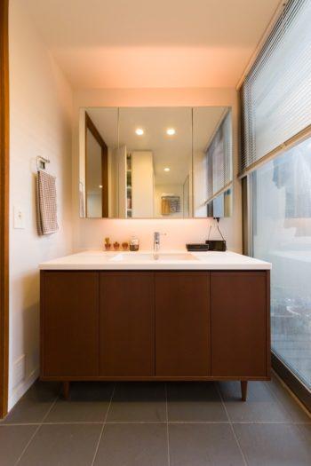2階の洗面台は、脚を付けて北欧家具風に造り付けた。
