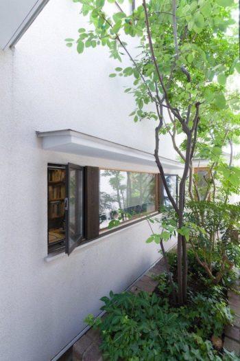 趣のある、ピンコロ石で造られた古い花壇。中庭に面してアトリエの窓があり、気持ちよく仕事ができる。