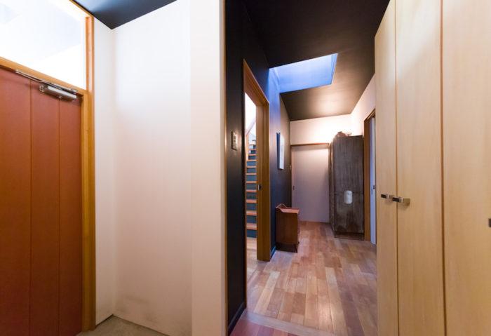 玄関の奥は母屋に続く共有スペース。古い箪笥の奥の部屋は、現在、5歳の息子さんのプレイルームになっている。