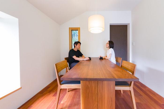 1階の打合せスペース。ウォールナットのテーブルとブラックチェリーの床材が落ち着いた雰囲気。