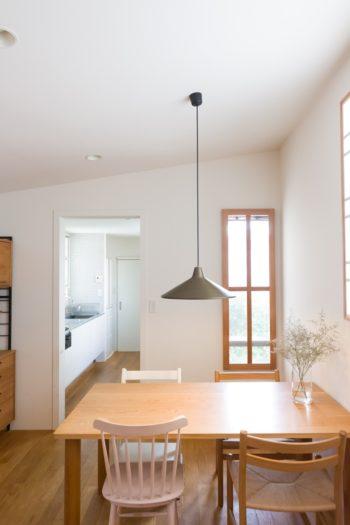 奥の木枠の窓から中庭が見下ろせる。1階の喜規さんのデスク脇の窓と同じ位置になる。