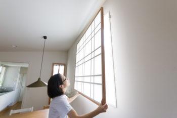 西側の窓に付けた障子は、西日をやわらげてくれる。取り外すことも可能。