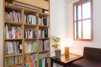 2階の東側の窓辺のスペースは読書に最適。隣家の庭を借景に。