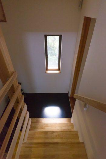階段下の小窓から幻想的な光が入る。真紀さんの好きな光景だそう。