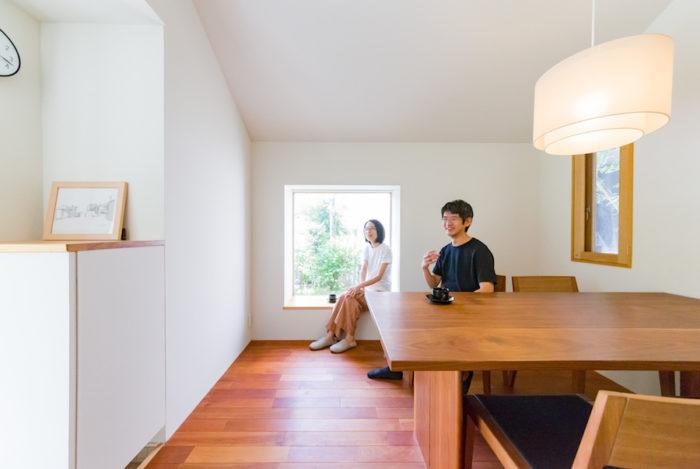1階打合せスペースの西側の出窓。腰掛けるにも程よい高さ。椅子に座ると、ちょうどよく景色が広がる。