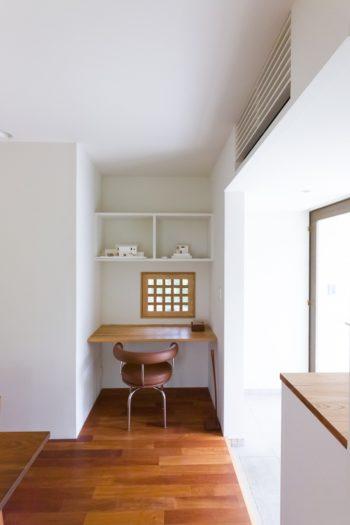 東側の窓。隣家と程よく距離を取るために、木枠に格子を入れた。ル・ゴルビジェの椅子ともマッチ。