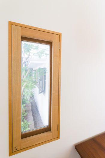 北側の窓には中庭が間近に。窓を開けて手を伸ばすと、シマトネリコに触れられそう。