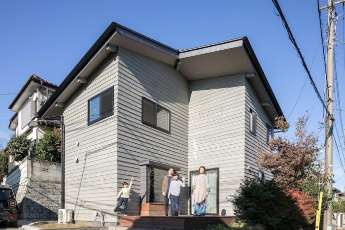 練馬区の住宅街に建つ小佐々さん一家の住まい。南側にひらけた角地に広いウッドデッキを備える開放的な外観は、訪れる人を暖かく迎えてくれる。