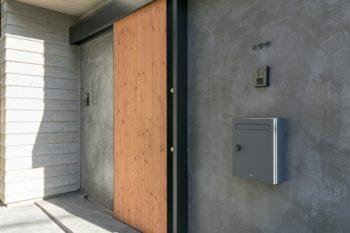 玄関は引戸を採用し、扉の前のスペースを広く使えるようにしている。