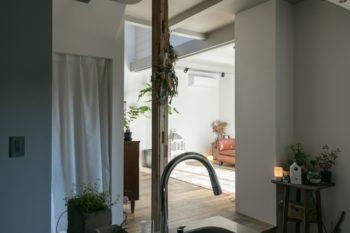 玄関のドアを入ると、目の前にキッチン、左手にリビングが広がる。
