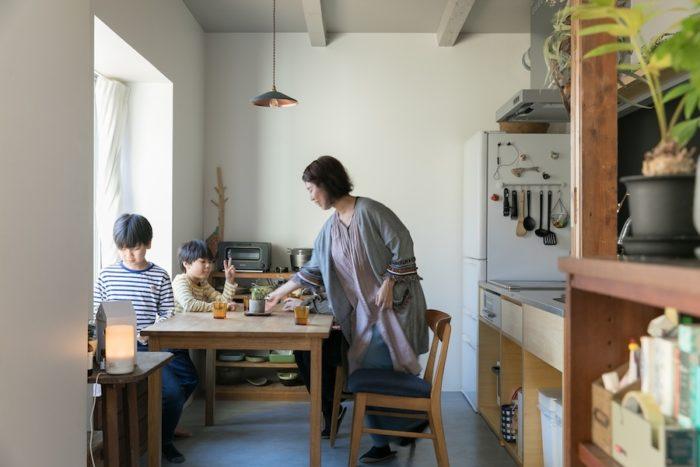 リビングからダイニングを見る。キッチンの右手が玄関。センスよく配された家具や雑貨が楽しい雰囲気を演出する。