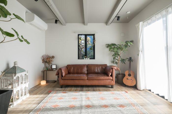 明るいリビング。家具はもともと持っていたものがほとんどだが、ソファは新居に合わせて購入。
