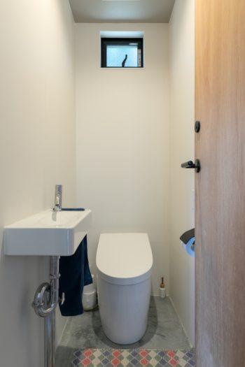 トイレや洗面室など水回りの床は土間仕上げとしている。