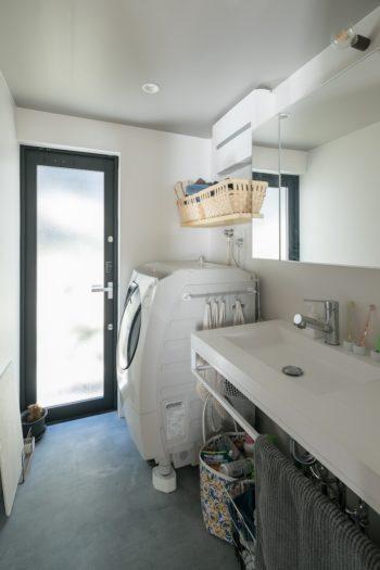 大きな窓を設け、風通しの良い洗面室。左手が浴室。