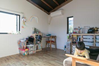 子ども室。デスクや椅子も、以前から少しずつ集めたヴィンテージ。