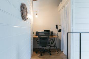2階には、音楽が趣味の洋介さんのためのスタジオスペースを設けた。右手のカーテンの奥はウォークインクローゼット。