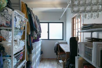 大容量のウォークインクローゼットに、家族全員分の衣類などを収納。窓もあり通気性も良い。デスクスペースも設けた。