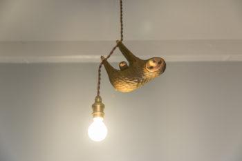 玄関を開けると、ナマケモノの照明が迎えてくれる。