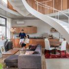 友人たちと楽しく過ごせる家2層分の吹き抜けを大階段がぐるりとめぐる