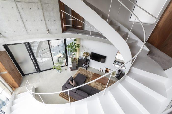 2階の玄関ドアを開けると目の前に大きな階段が現れる。この白いスチール階段はカーブを描きながら4階まで続く。