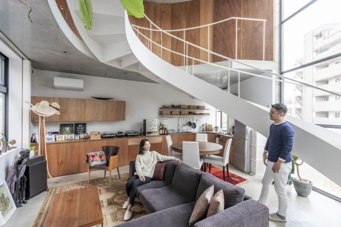 階段の下がダイニング。階段がちょうど天井がわりになって落ち着くスペースになっている。キッチンはアイランドにすることも考えたが、空間が切れてリビングとの一体感がなくなることから壁沿いにつくることに。