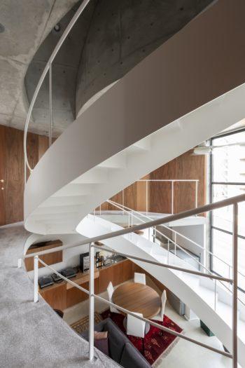 宙に浮かぶ階段が空間にダイナミズムと流動感を与えている。