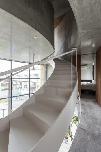 3階奥に寝室がある。お客さんがテラスに上るときに寝室の前を通らずにすむように計画された。