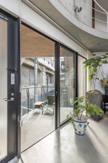 """前田さんのお気に入りの玄関前のテラス。奥さん曰く「""""俺の憩いの場""""っていつも言っています」"""