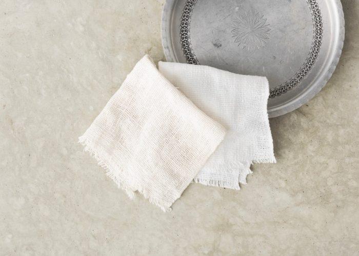 ガラ紡糸は、糸そのものの太さが均一ではないために凹凸ができ、そのデコボコとした表面が汚れを絡め取ってくれる。目が詰まってない薄手の布なので、木綿なのに吸水性、速乾性にも優れる。