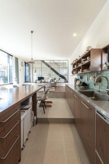 キッチン部分から奥を見る。椅子の置かれた部分とは15cmの段差を設けている。