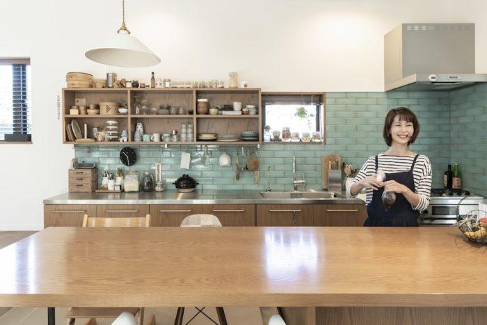 現在は発酵食品で腸を元気にするという趣旨のセミナーや講座での活動が多いという彩子さん。この家のメインスペースとなるキッチンまわりのデザインや材質などは建築家と綿密な打ち合わせの上決めていった。