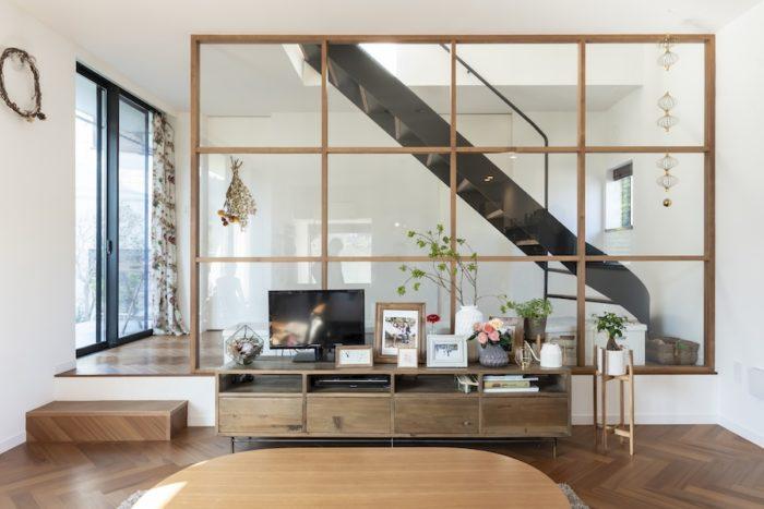 木のフレームにガラスをはめた造作がキッチンとともに1階のデザイン上の大きなポイントとなっているが、階段部分からさらに家族だけのゾーンとなってプライベート度を増すため、空間的な区切りの意味合いもある。