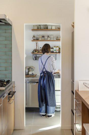 メインのキッチンから第2のキッチンを見る。