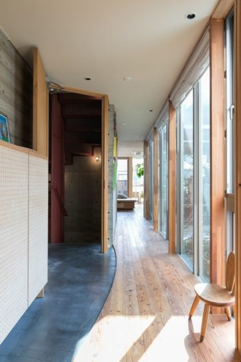 2階の関本さんの世帯の玄関。墨入りモルタルの床がシックでカッコいい。