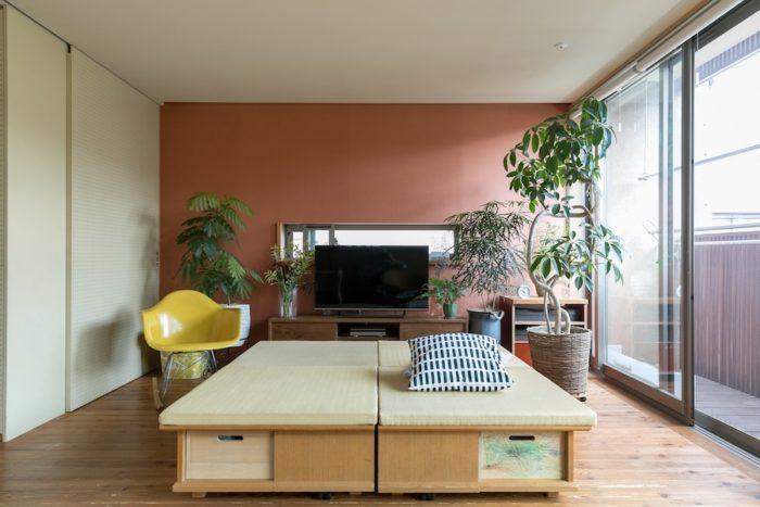 好きな場所に動かすことができる、座面が畳の収納家具。「たくさんの方にこの家にかかわっていただきたくて、静岡の家具デザイナーの野木村敦史さんに製作を依頼しました」