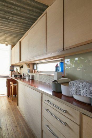 小口の美しい縞模様が特徴のフィンランドバーチ合板を使ったキッチン。