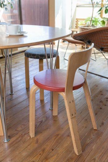 イスはヴィンテージのアルヴァ・アアルトのChair65。テーブルはフリッツ・ハンセン。