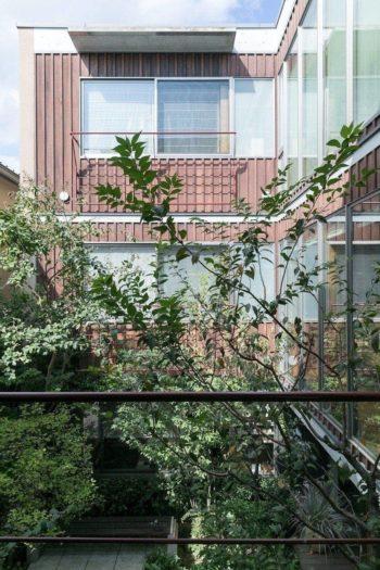 建物の長辺方向はRC造で、短辺方向は木下地としている。中庭を囲む壁は、北欧の住宅によく見られる伝統的な張り方を採用。壁材のレッドシダーは入居後8年経ってから現在の色に塗装した。