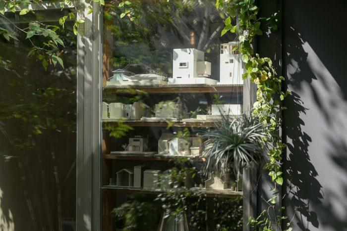1階が関本さんの建築設計事務所『リオタデザイン』になっている。模型に映る中庭の樹々の木漏れ日が美しい。