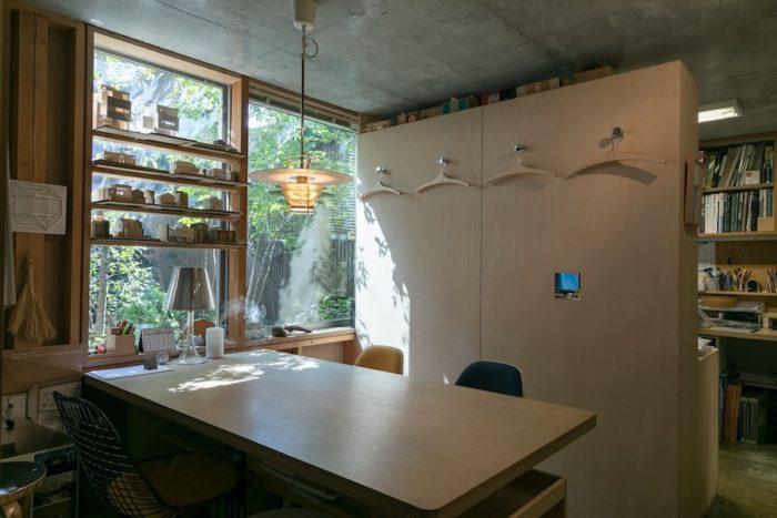 シナ合板を使った造作家具が機能的な事務所内の打ち合わせスペース。