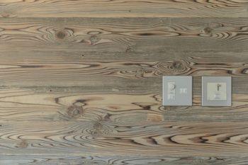 使用済の焼杉型枠を無塗装で事務所に使用した。