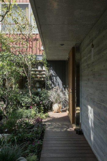 中庭を眺めながらイペ材のデッキを歩いて玄関へ。